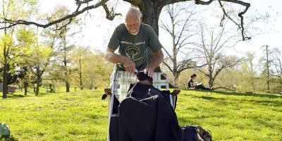 Barbeiro aposentado oferece corte de cabelo a sem tetos em troca de abraços