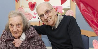 Marido de 91 anos lê diário para esposa com amnésia para manter o amor vivo