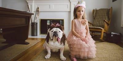Conheça uma bonita história de amizade entre uma garotinha e uma bulldog inglês