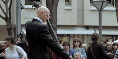 Menina dá uma gorjeta a um músico de rua e não imagina a surpresa maravilhosa que vai acontecer