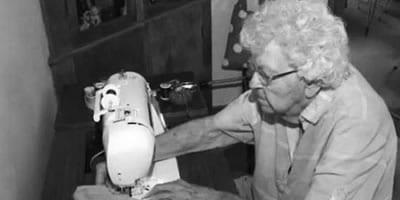 Senhora de 99 anos faz um vestido por dia para crianças da África