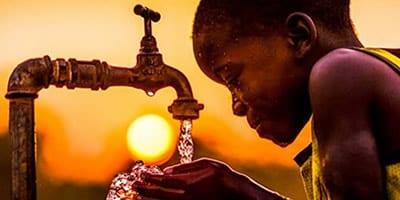 Crianças africanas recebem água limpa pela 1ª vez