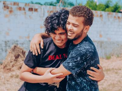 45 frases de abraço de amigo que oferecem paz e conforto